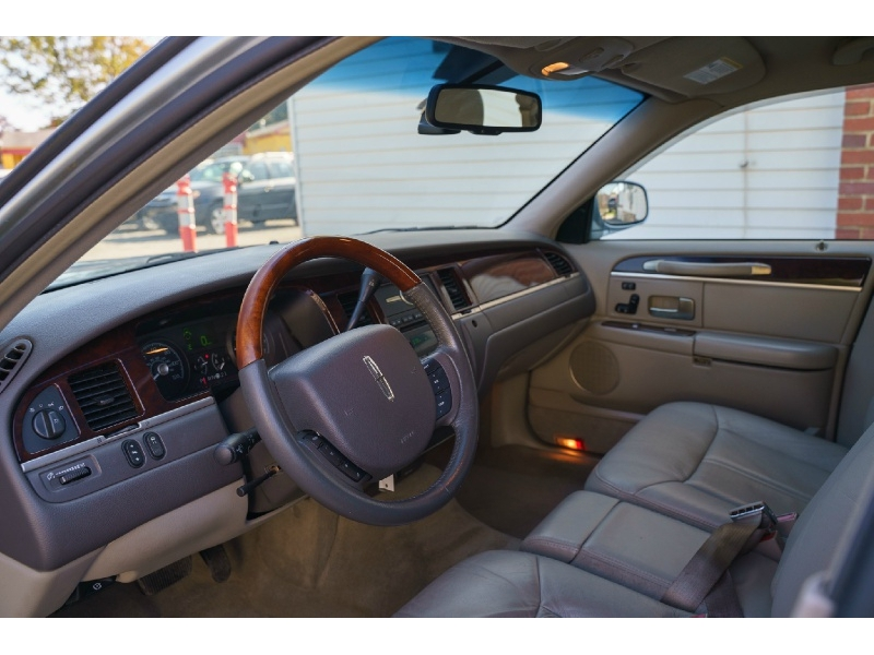 Lincoln Town Car 2007 price $4,990