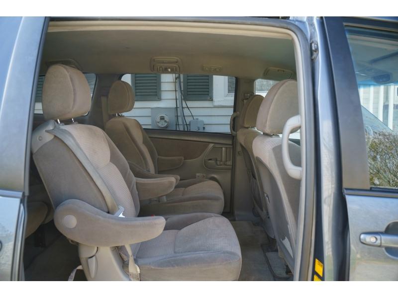 Toyota Sienna 2010 price $7,480
