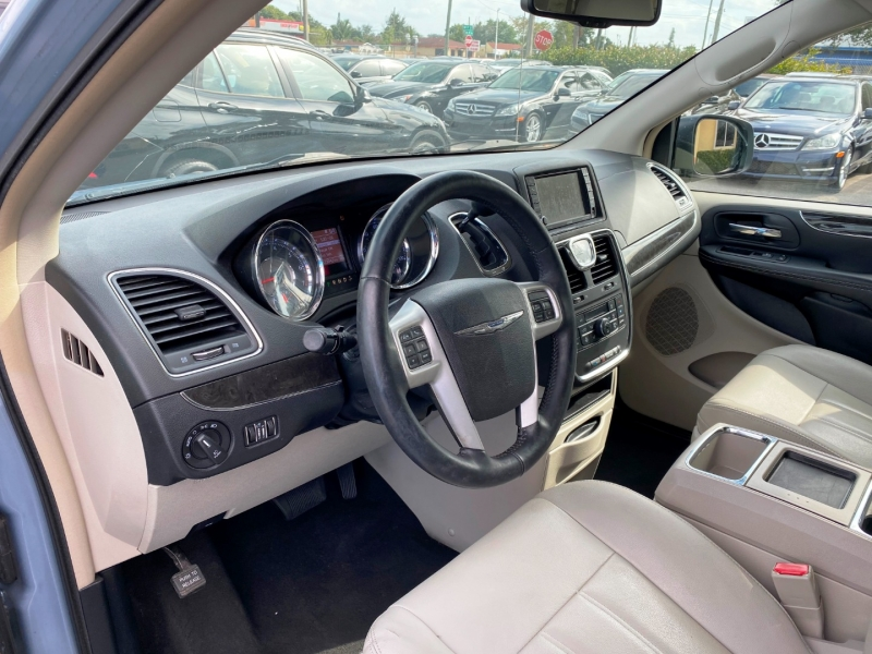 Chrysler Town & Country 2016 price $9,299