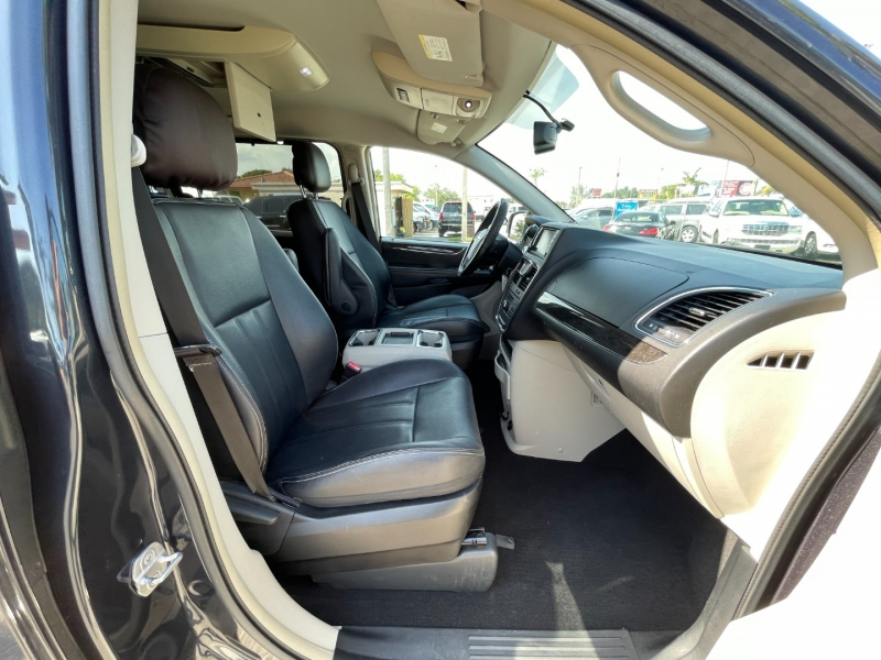 Chrysler Town & Country 2014 price $9,299