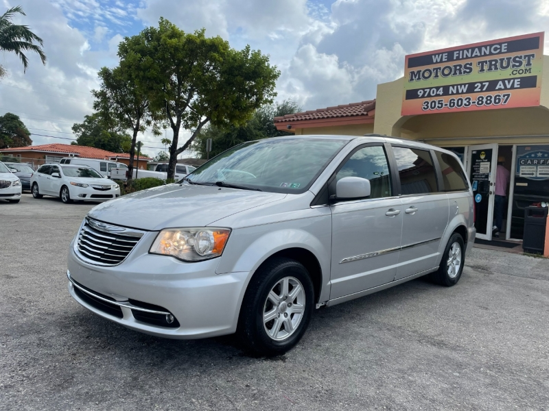 Chrysler Town & Country 2012 price $8,199