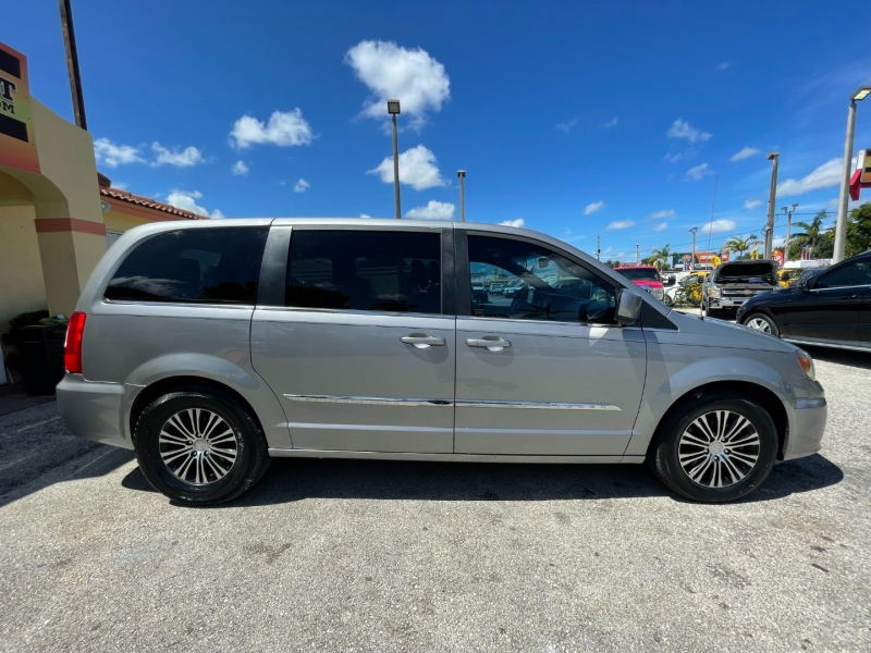 Chrysler Town & Country 2014 price $6,999