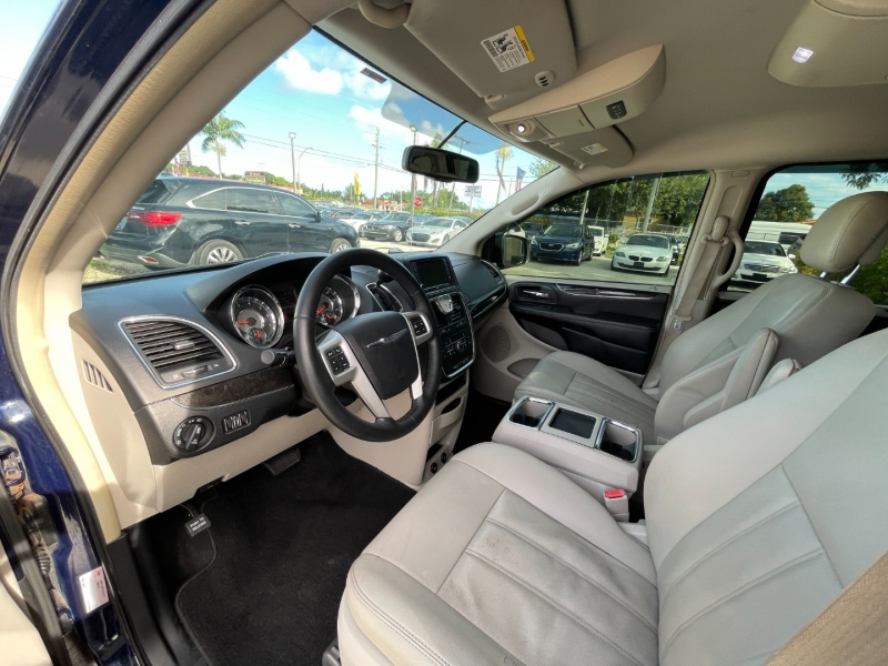 Chrysler Town & Country 2016 price $8,699