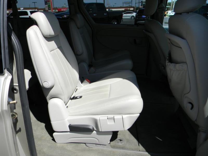 CHRYSLER TOWN & COUNTRY 2005 price $4,900