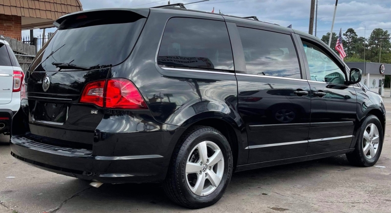 Volkswagen Routan 2011 price $5,990
