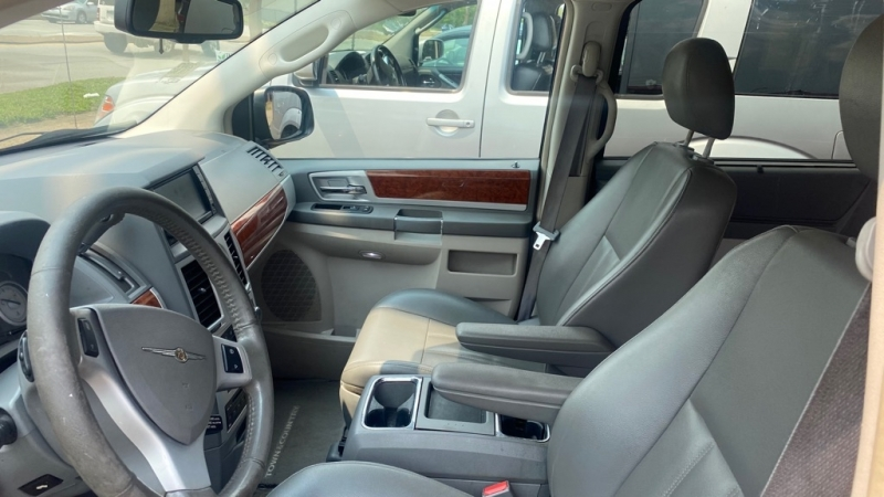 CHRYSLER TOWN & COUNTRY 2009 price $4,900