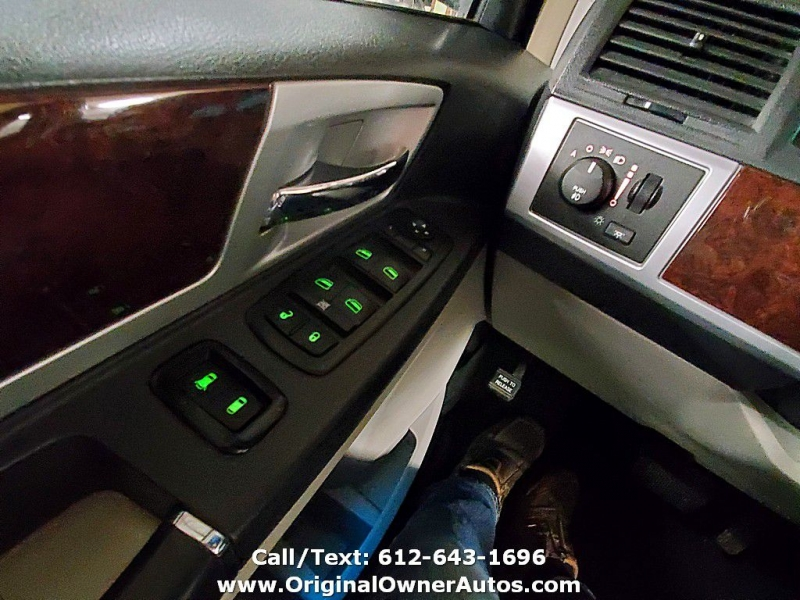 Chrysler Town & Country 2010 price $4,495