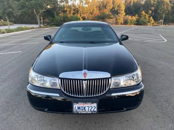 Lincoln Town Car 2001 price $4,995