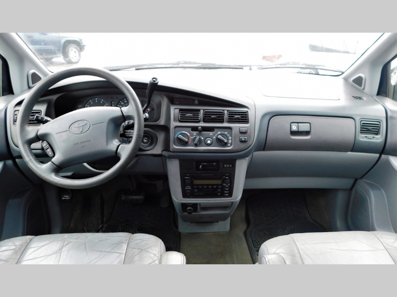 Toyota Sienna 2000 price $3,599