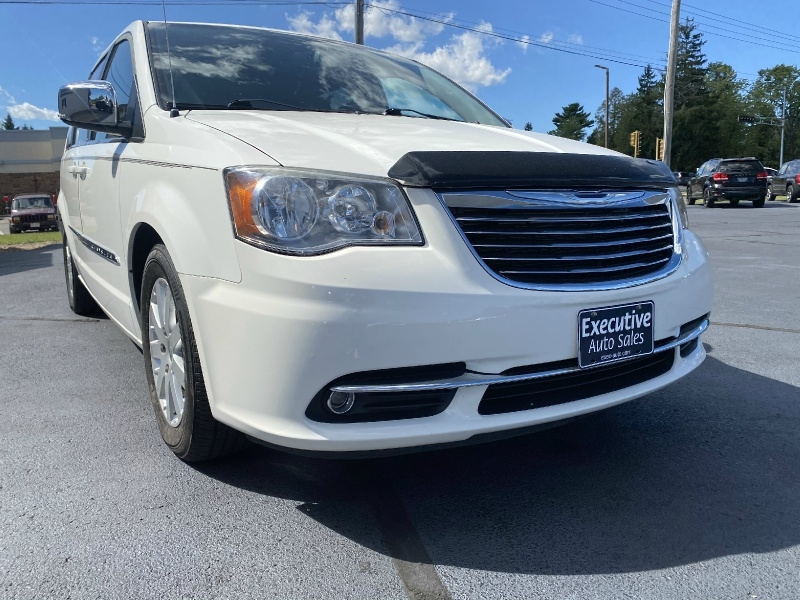 Chrysler Town & Country 2011 price $10,990