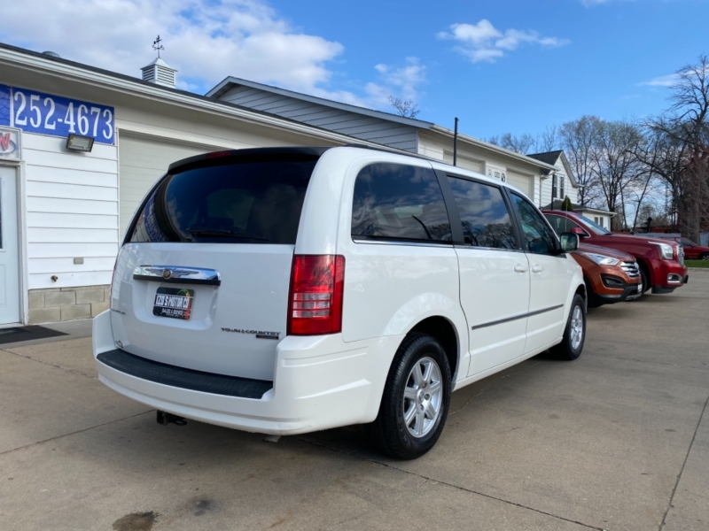 Chrysler Town & Country 2010 price $6,595