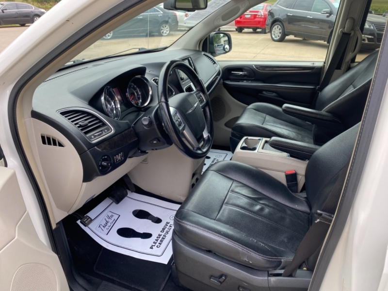Chrysler Town & Country 2011 price $7,595