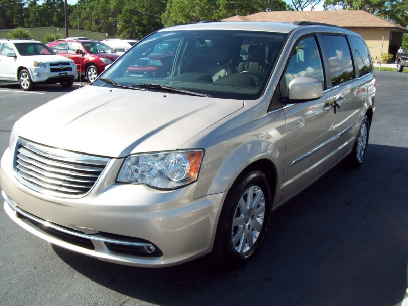 CHRYSLER TOWN & COUNTRY 2014 price $10,990