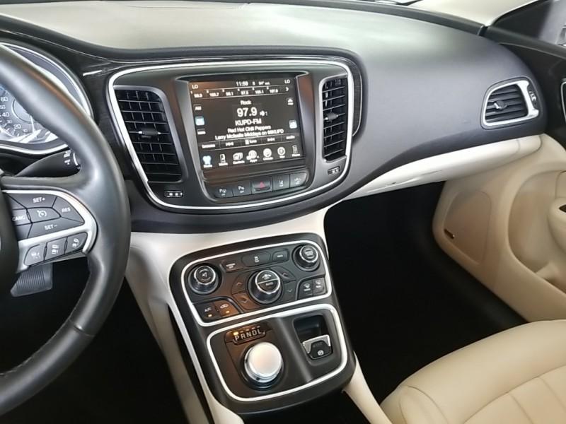 Chrysler 200 2015 price $20,977