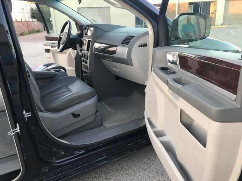 CHRYSLER TOWN & COUNTRY 2010 price $5,995