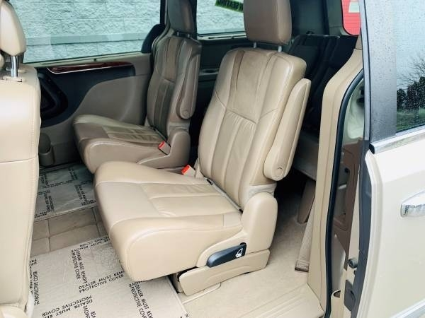 Chrysler Town & Country 2015 price $21,900