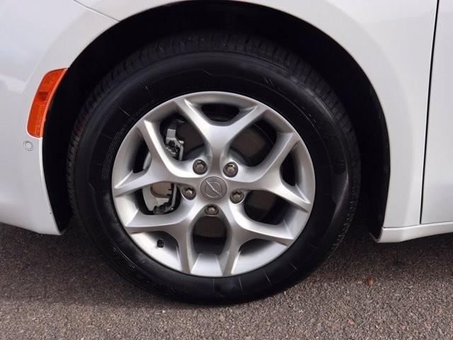 Chrysler Pacifica 2019 price $32,400