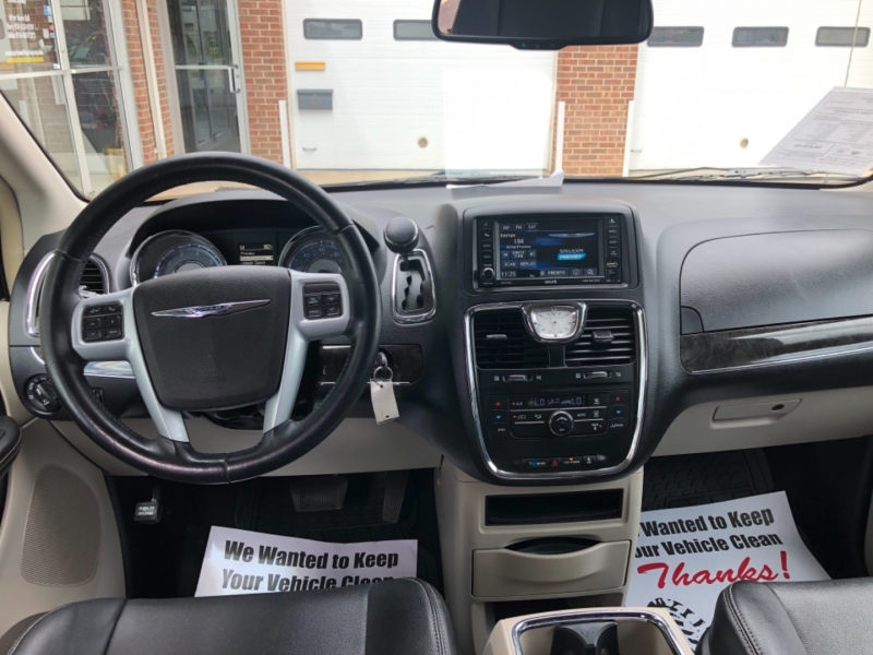 Chrysler Town & Country 2014 price $8,495