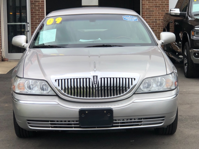 Lincoln Town Car 2009 price $13,395