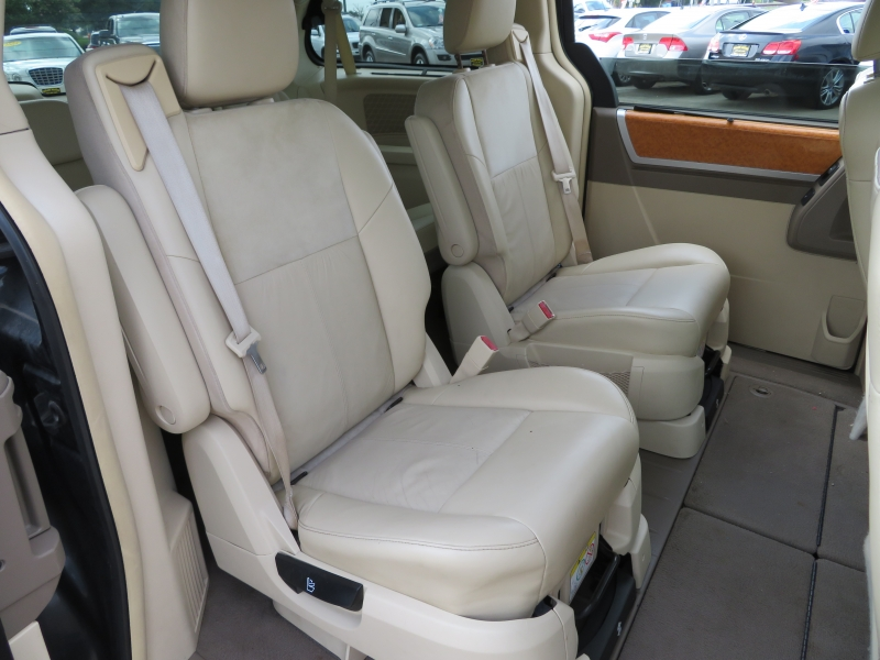 Chrysler Town & Country 2010 price $6,995