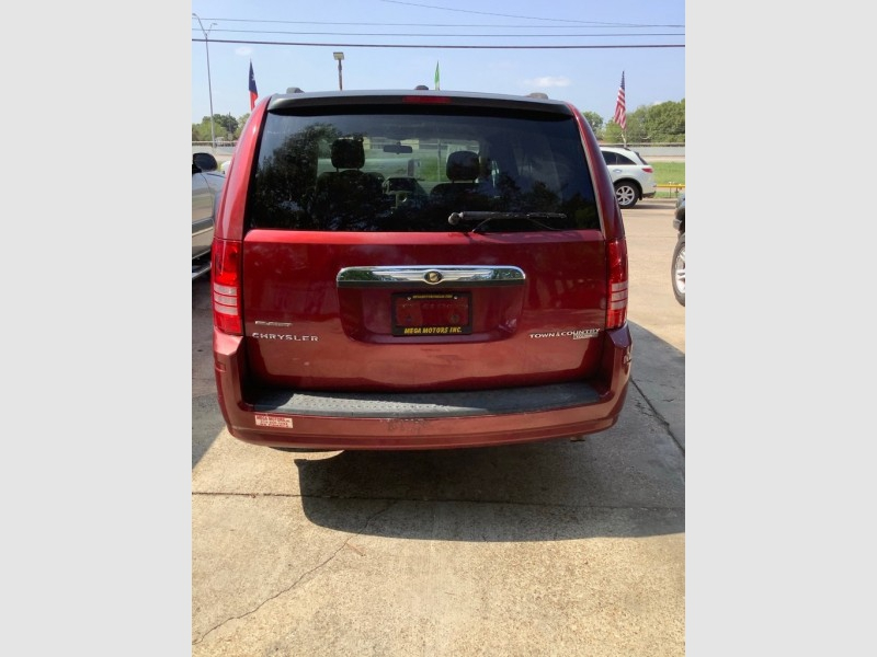 CHRYSLER TOWN & COUNTRY 2010 price $825