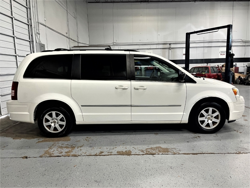 Chrysler Town & Country 2010 price $7,795