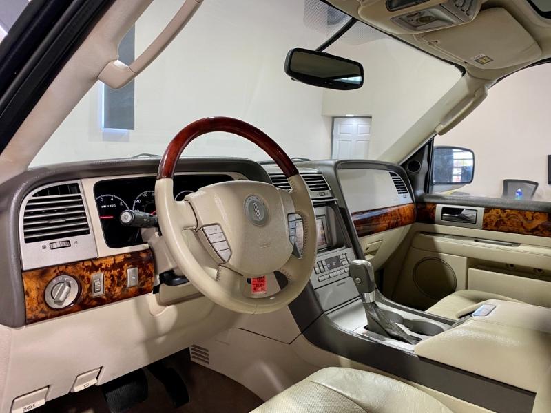 Lincoln Navigator 2004 price $8,999