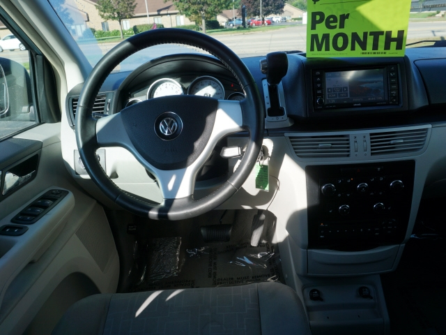 Volkswagen Routan 2009 price $2,895