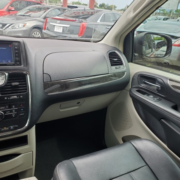 Chrysler Town & Country 2013 price $9,700