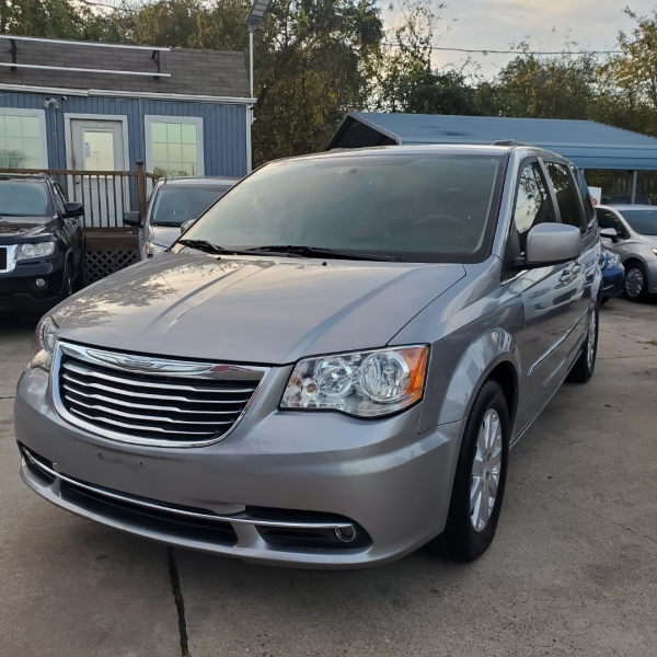 Chrysler Town & Country 2016 price $10,499